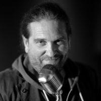 Mark Lesser voix off
